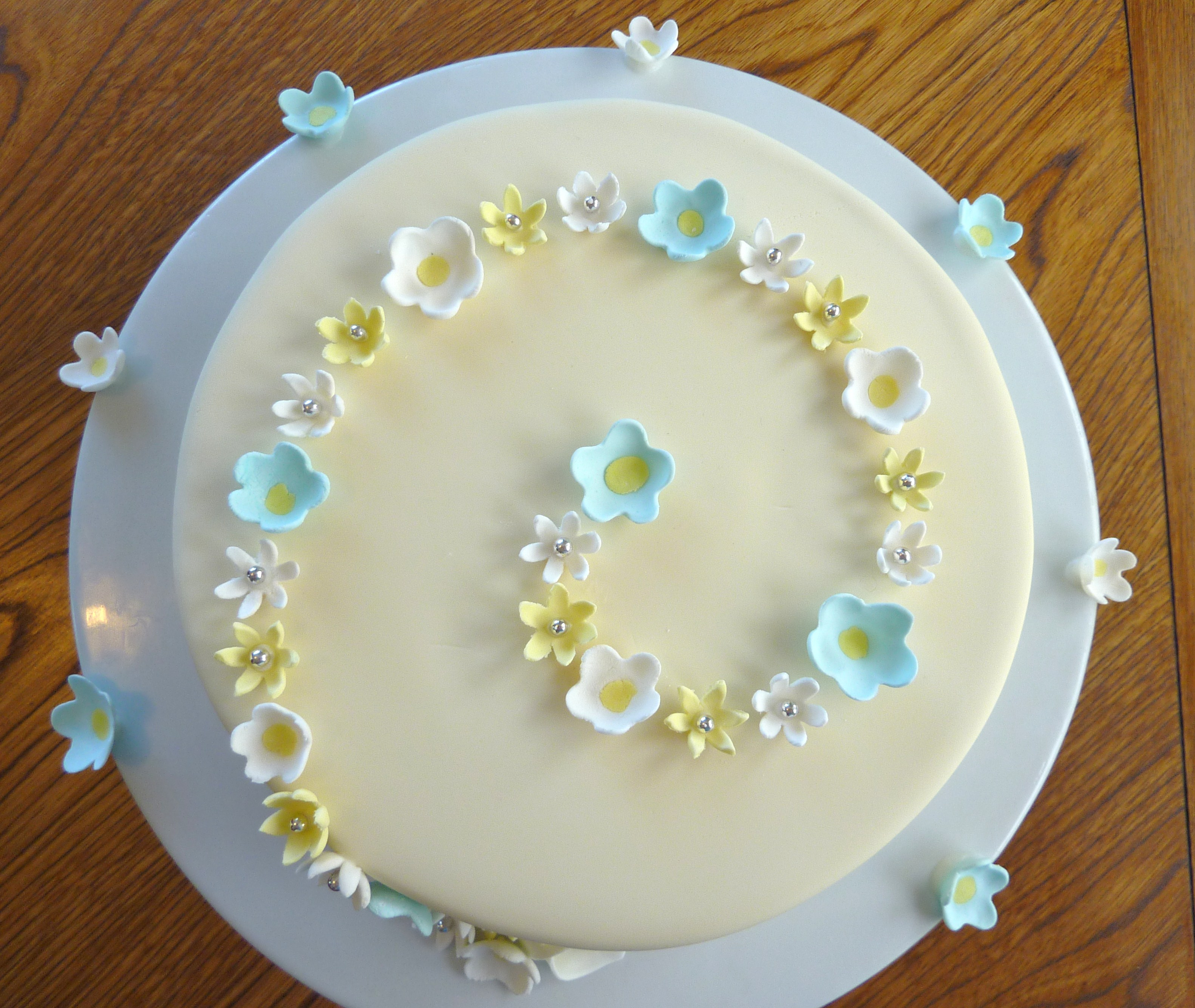 ... It's a vanilla/choc swirl cake with buttercream and rolled fondant